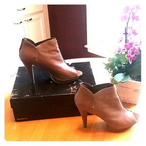 B Makowsky heeled booties